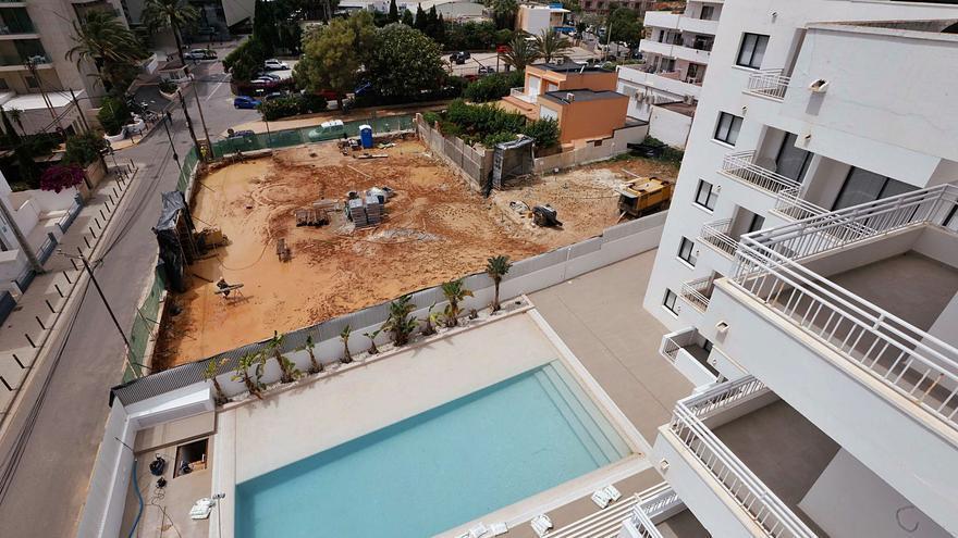 El Ayuntamiento de Ibiza rehúsa paralizar unas obras que ensucian de barro la piscina de un aparthotel