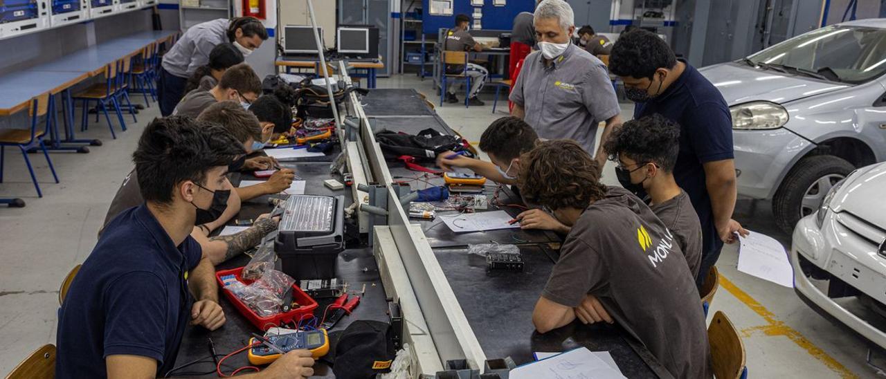 lumnos de grado medio de Electromecánica, en la escuela Monlau de Barcelona.