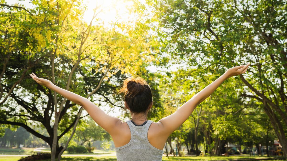 Practicar ejercicio físico mejora tu bienestar y tu capacidad de concentración, y hará que descanses mejor.