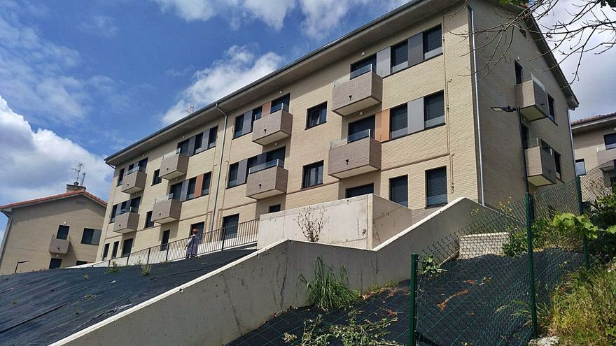 Siero formaliza la cesión de las nuevas viviendas sociales de Pumarabule, en Carbayín Bajo