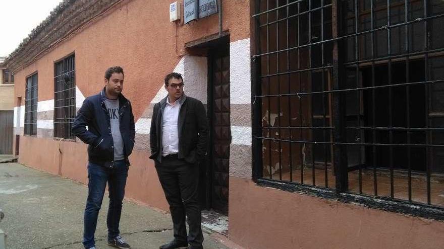 Roberto Asensio (izquierda) y Tomás del Bien durante la visita a las obras del teleclub.
