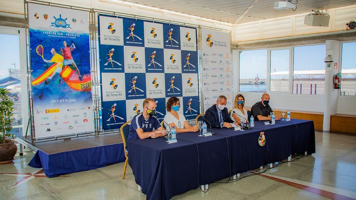 Panorámica de la mesa presidencial durante la presentación del Campeonato de España.