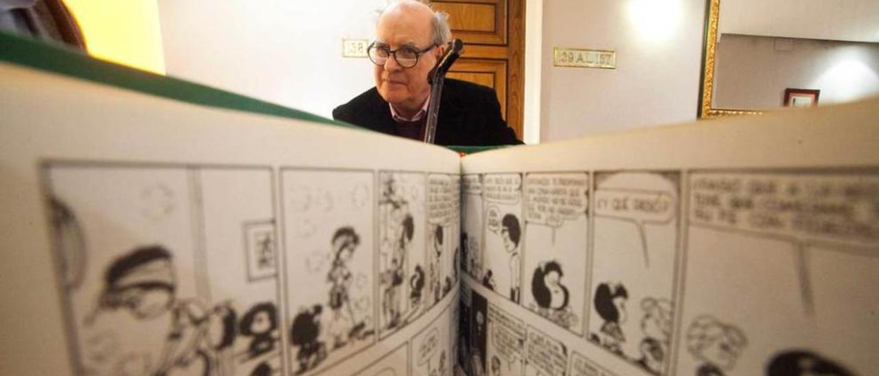 """Joaquín Lavado, """"Quino"""", ante las tiras de Mafalda."""