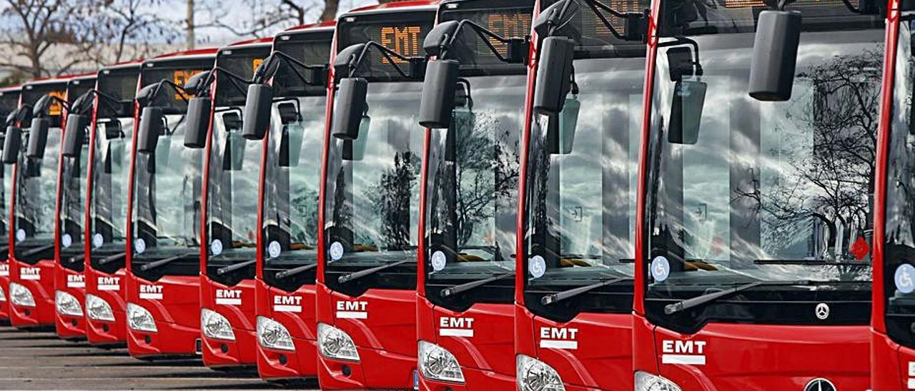 Nuevos buses de la EMT, en la cochera de San Isidro. | M.ÁNGEL MONTESINOS