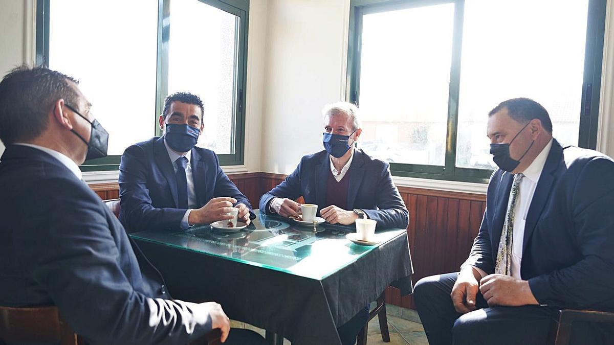 Rueda compartió un café con Luis López y Rubén Quintá en Rodeiro.  |  // BERNABÉ