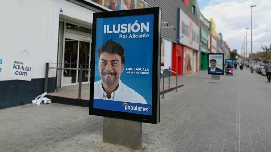 El PSOE critica a Barcala por publicitarse en mupis que incumplen la normativa
