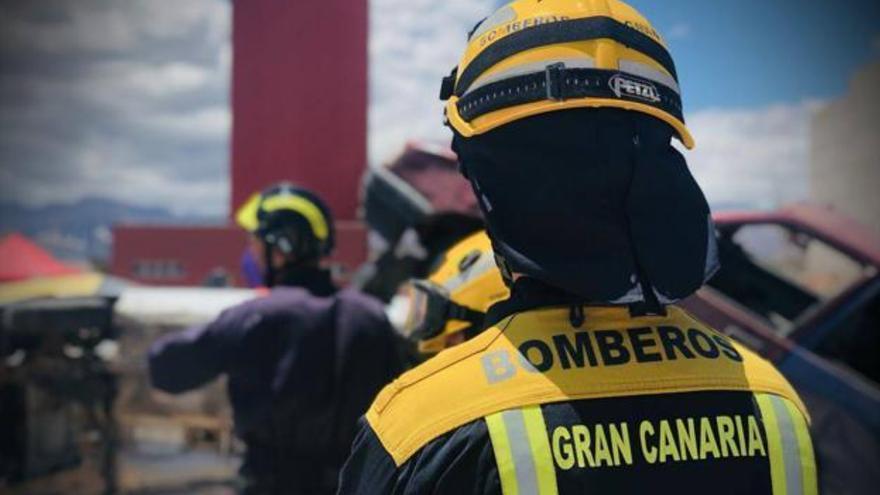 Dos afectados por inhalar humo por el incendio de una vivienda de Santa Lucía de Tirajana