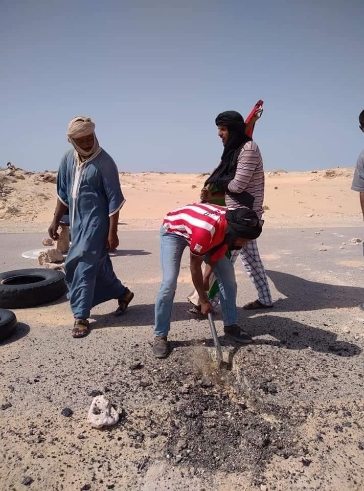 Activistas saharauis, cortando la carretera // Cedida