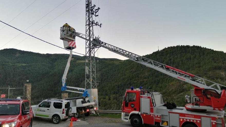Rescaten un operari atrapat en una cistella a 10 metres d'altura a Estamariu