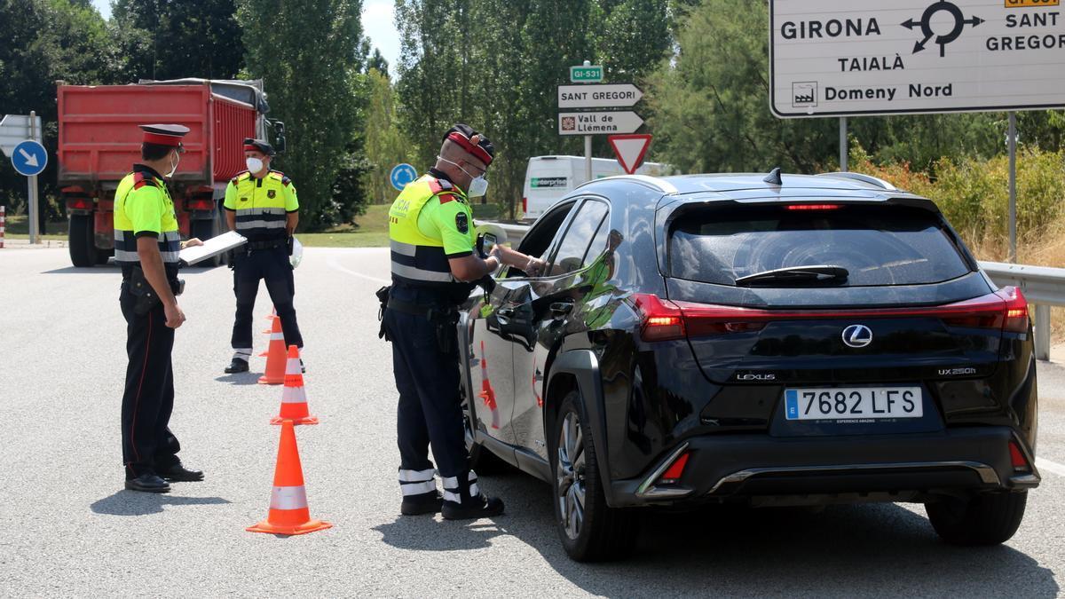 Els Mossos d'Esquadra controlant un vehicle durant el control muntat a la sortida de Girona Oest de l'autopista AP-7