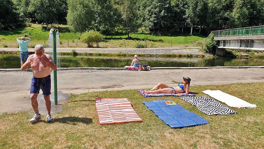 Bañistas en la playa fluvial de Requejo respetan las distancias de seguridad.