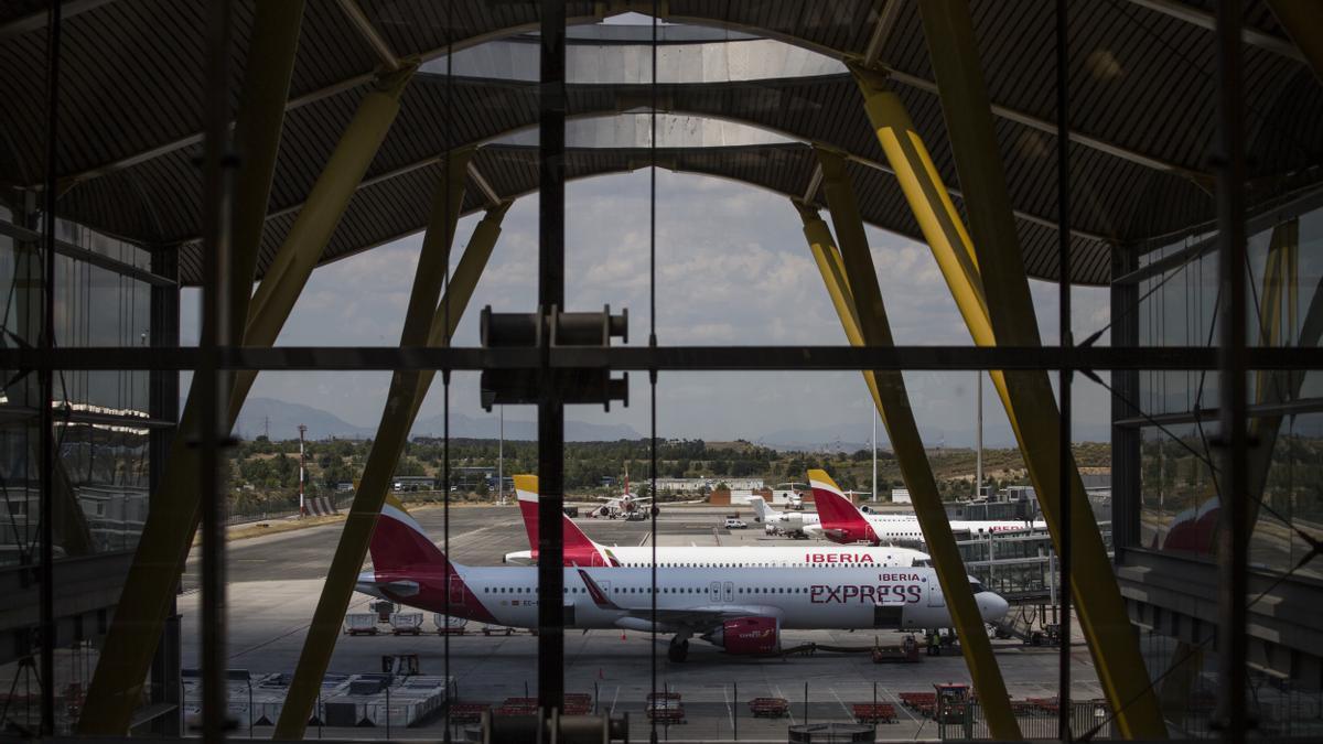 Aviones de Iberia aparcados en la pista de la T4 de Barajas.
