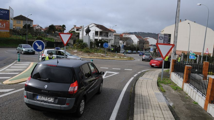 Denunciados varios cangueses que iban a Vigo de compras y a otros que bebían en la acera