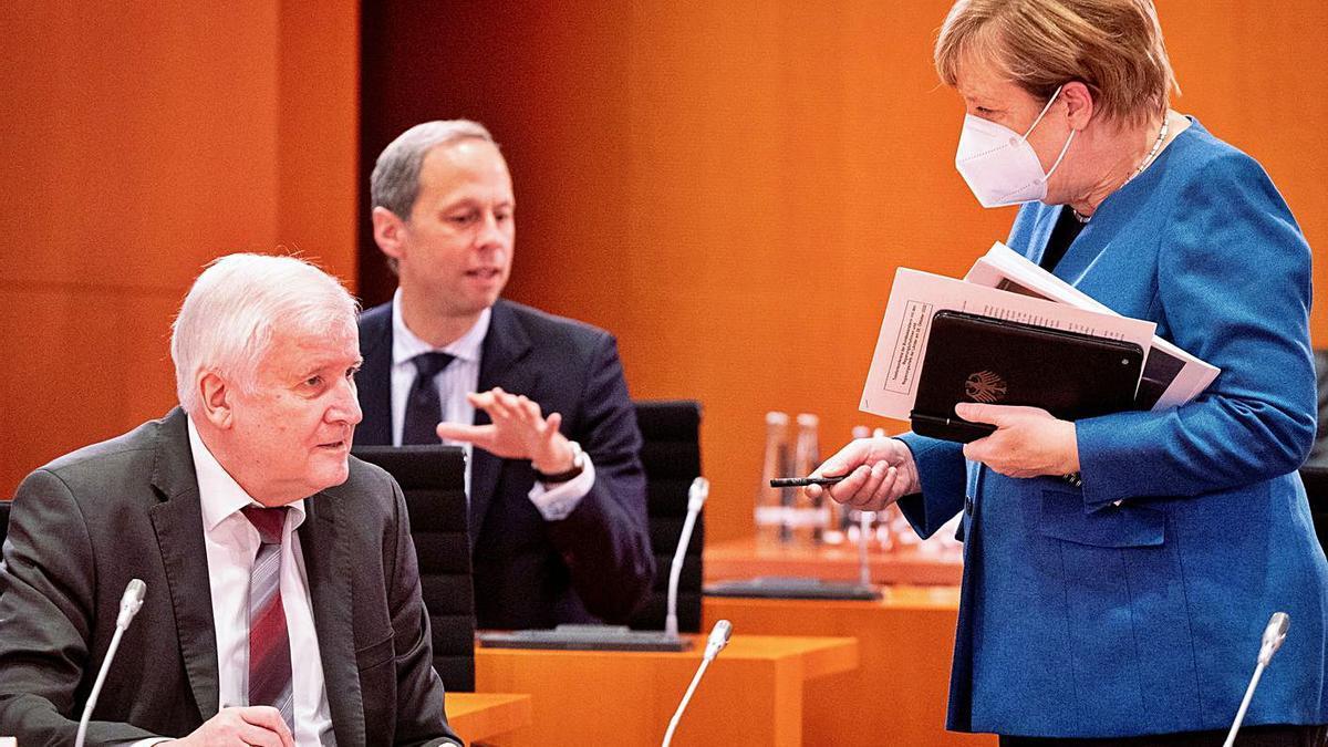La canciller alemana, Angela Merkel, de pie, ayer, en una reunión de trabajo.     // REUTERSE