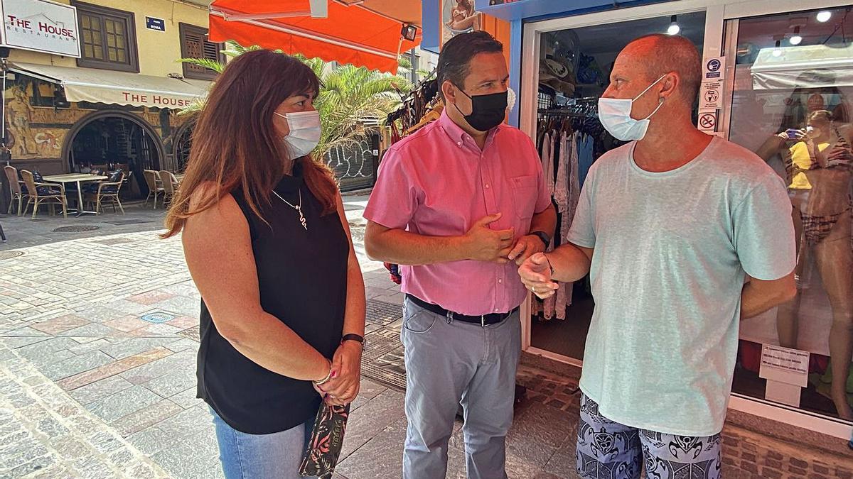 Raquel García y José Julián Mena charlan con un vecino.
