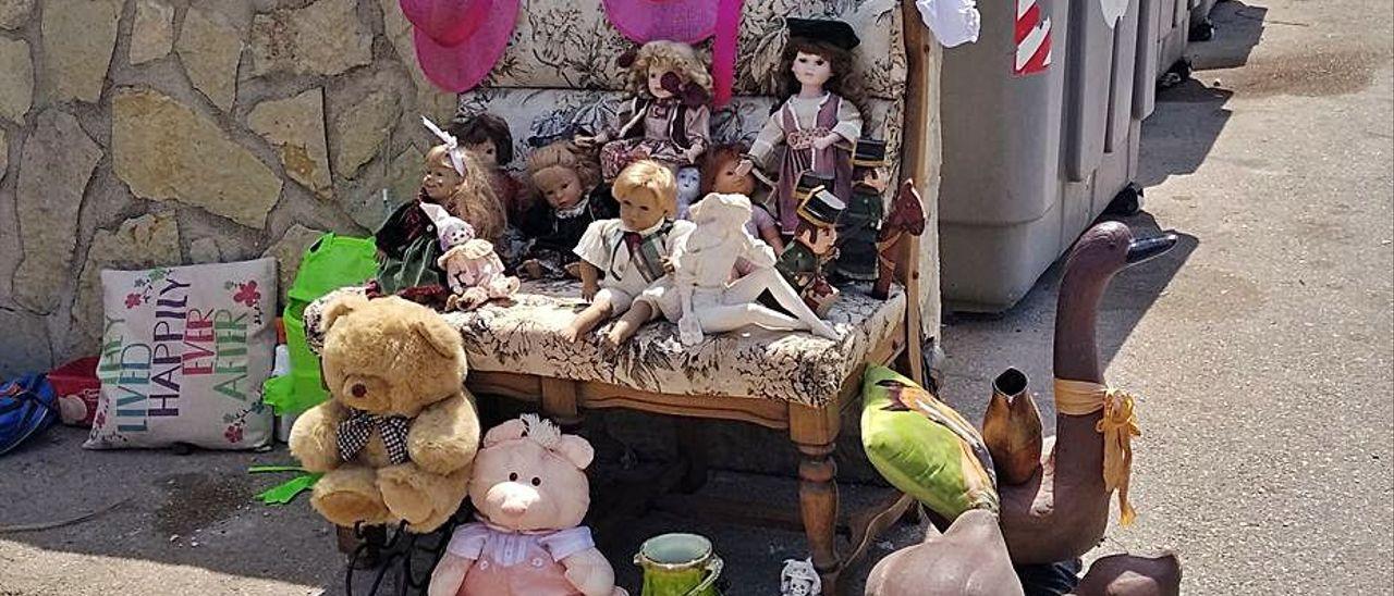 Objetos encontrados por el chatarrero en la basura en Xàbia.