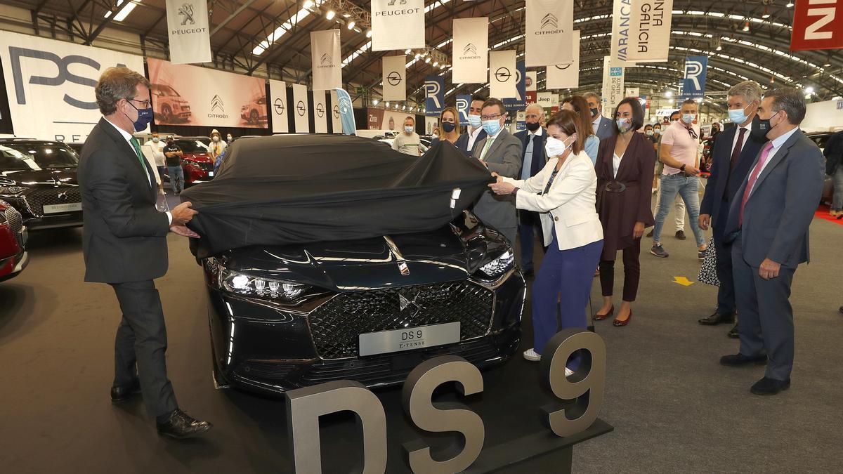 El presidente de la Xunta, Núñez Feijóo, y la concejala Elena Espinosa descubren en nuevo DS-9 de Peugeot.
