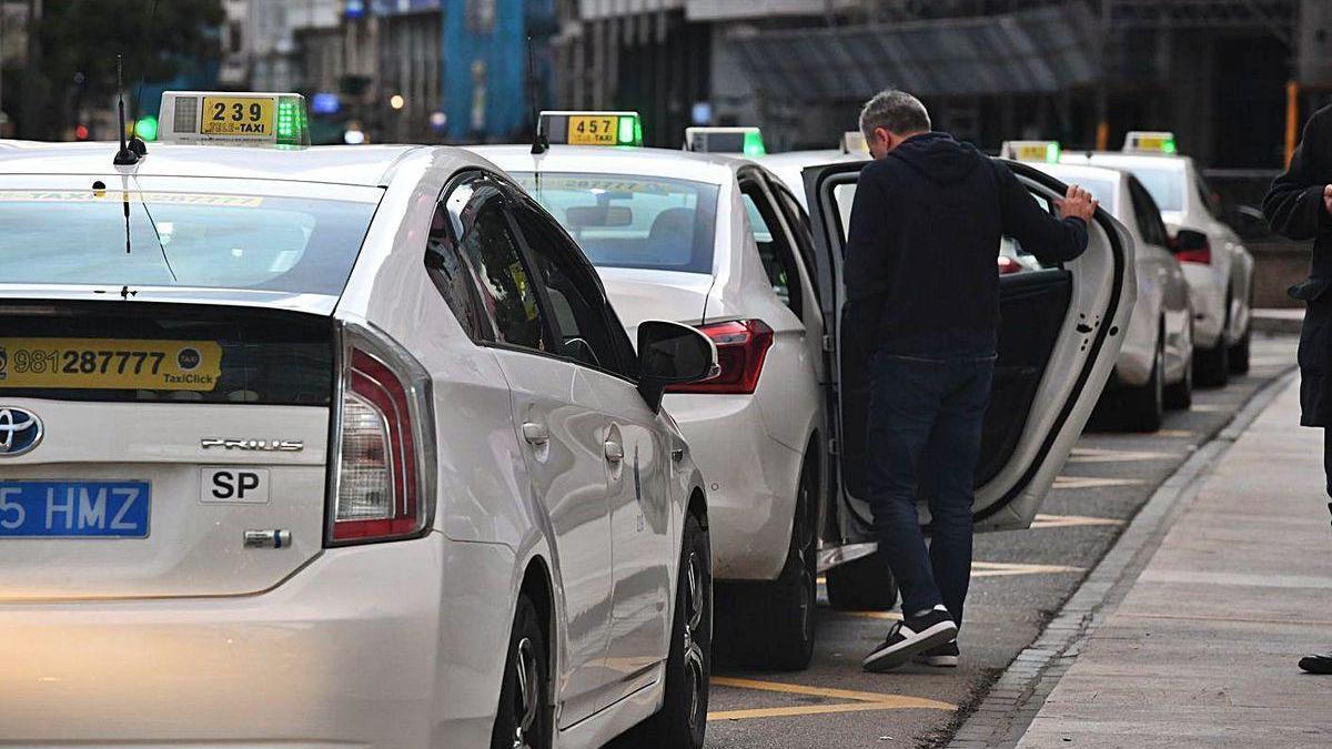 Taxis detenidos a la espera de prestar un servicio en la parada de los cantones.