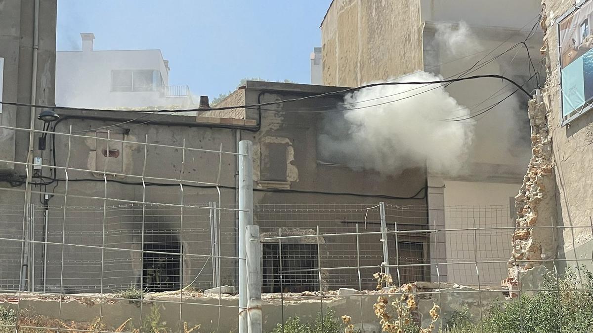 El fum acumulat per l'incendi en una casa de l'Escala