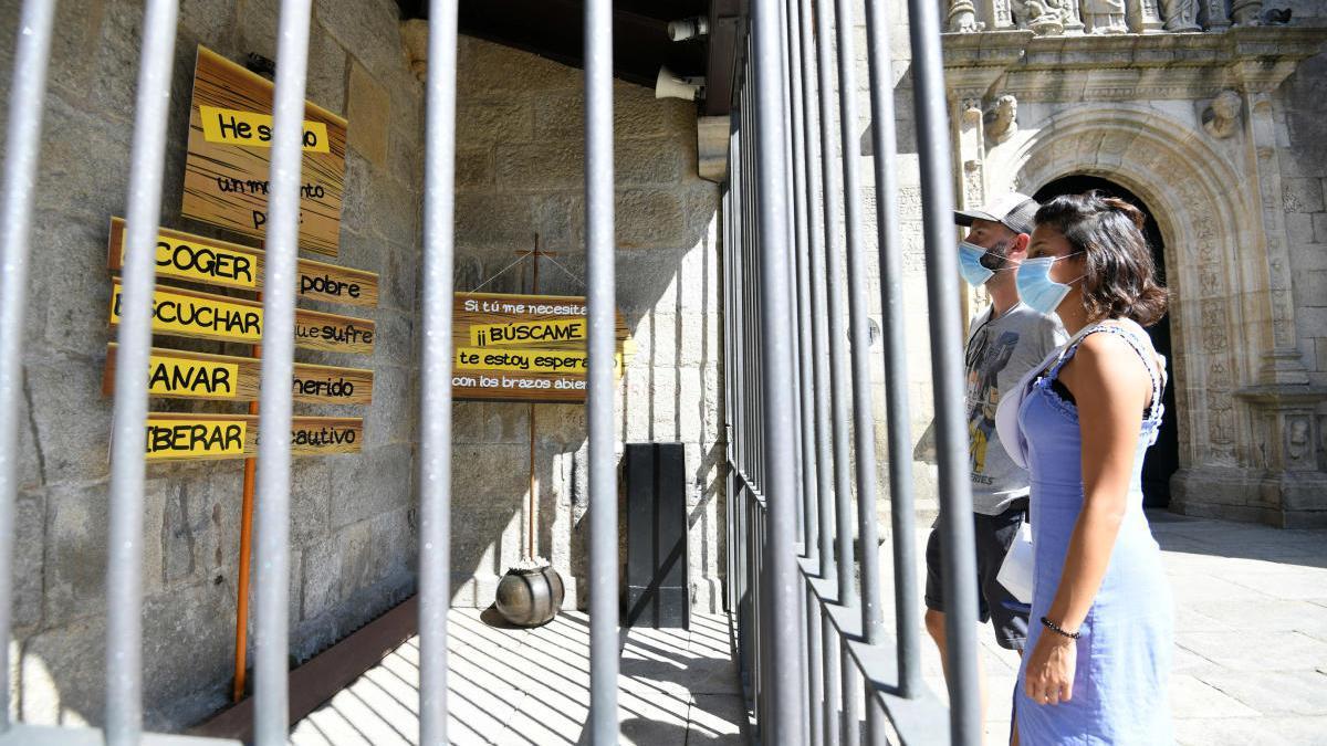 Los mensajes instalados en la puerta de la Real Basílica