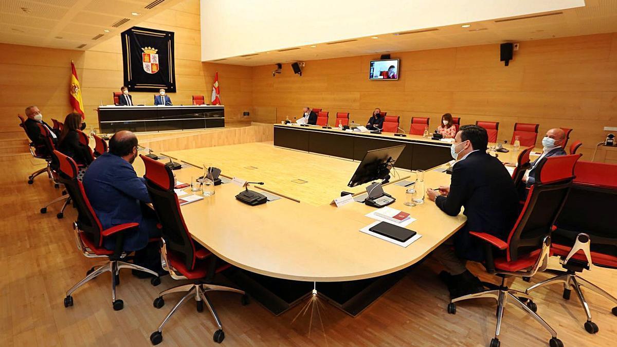 Los miembros de la Junta de Portavoces, ayer en Valladolid.   Ical