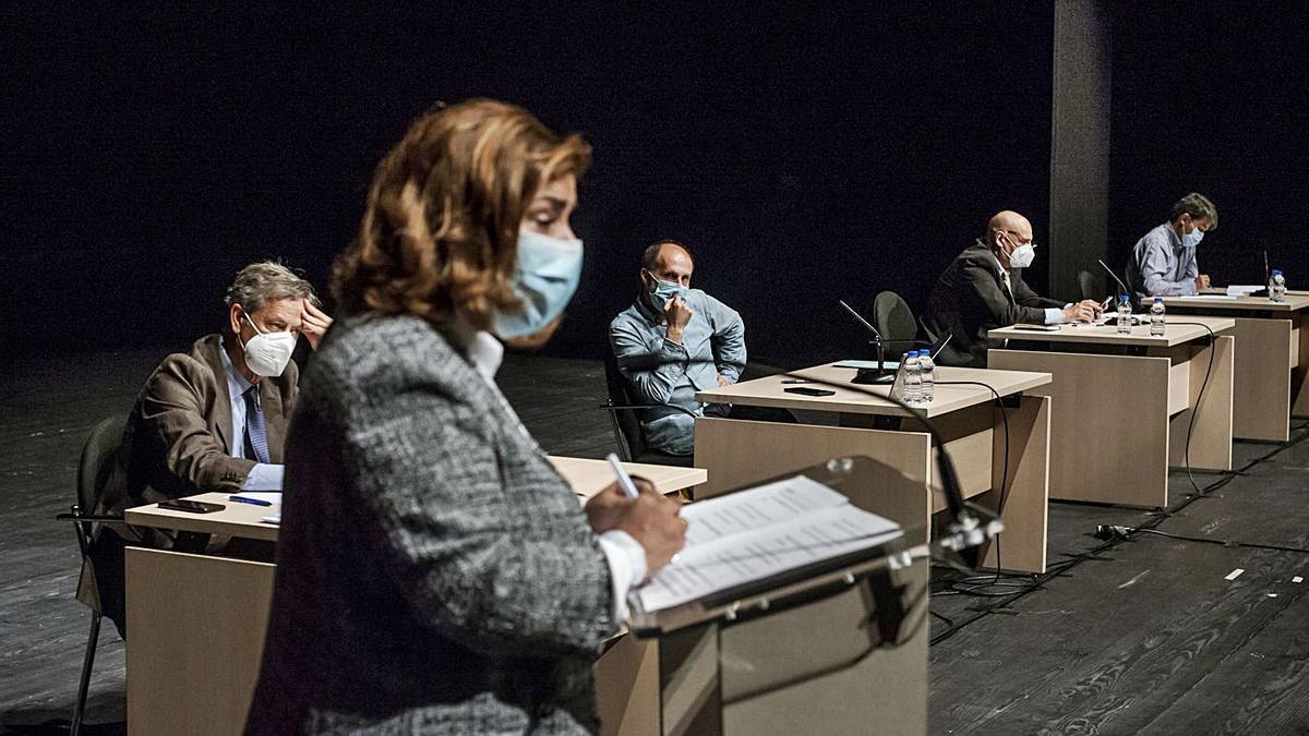 Jácome sigue la intervención de Flora Moure en el debate de la cuestión de confianza. |   // BRAIS LORENZO