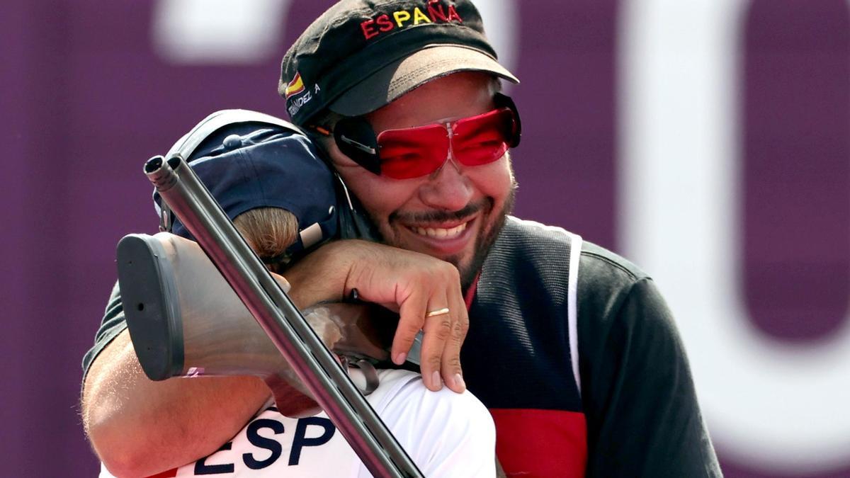 Fátima Gálvez y Alberto Fernández se funden en un abrazo tras conquistar el oro.