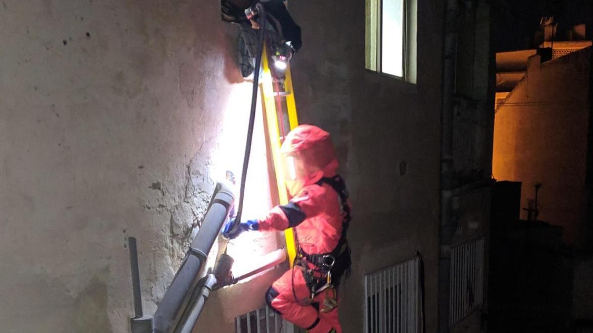Los bomberos retiran un panal de abejas de un edificio en Cieza