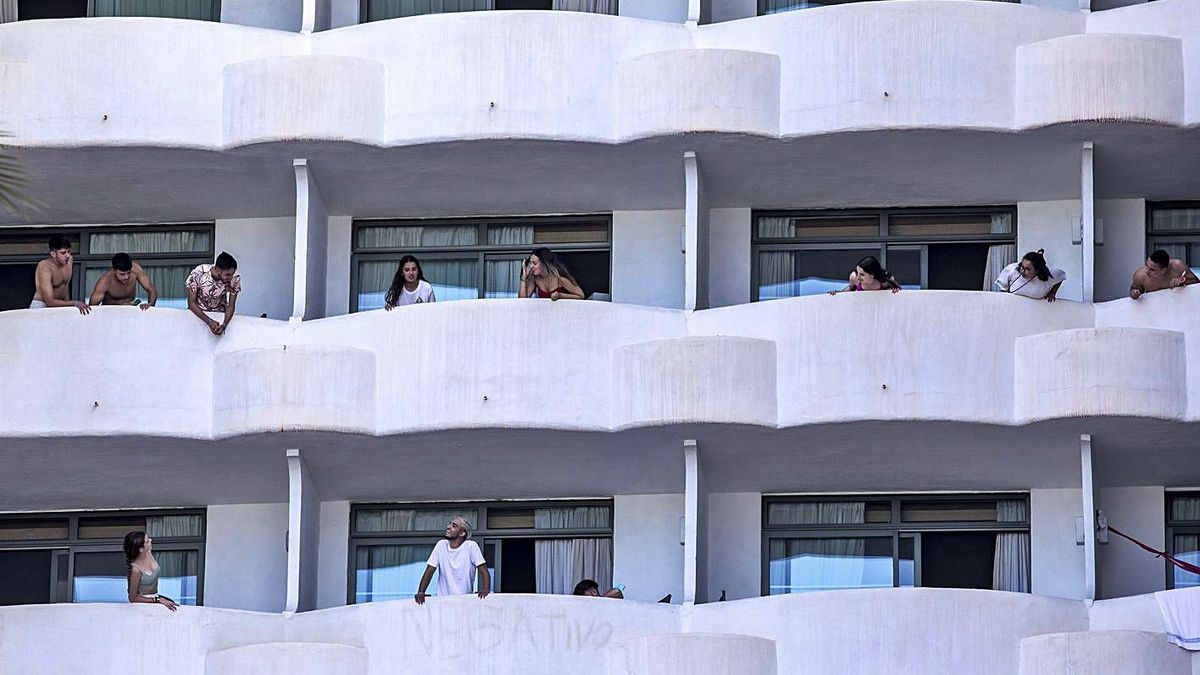 Algunos de los estudiantes confinados estos días en el hotel covid.