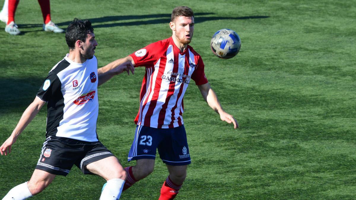 Samu Vilariño intenta controlar un balón en el partido ante el Estradense.