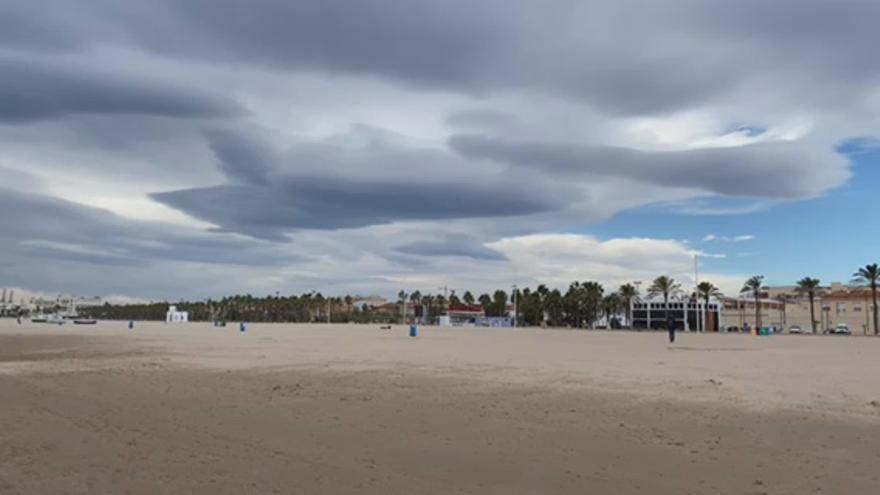 Así de fuerte sopla el viento hoy en la playa de la Malvarrosa de València