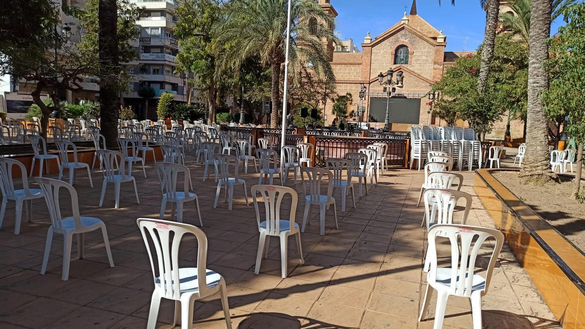 Imagen de las sillas ubicadas para acoger la concentración de esta tarde en la plaza de la Constitución de Torrevieja