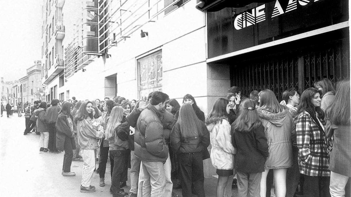 Publico esperando a entrar en el cine Azul de Castelló.