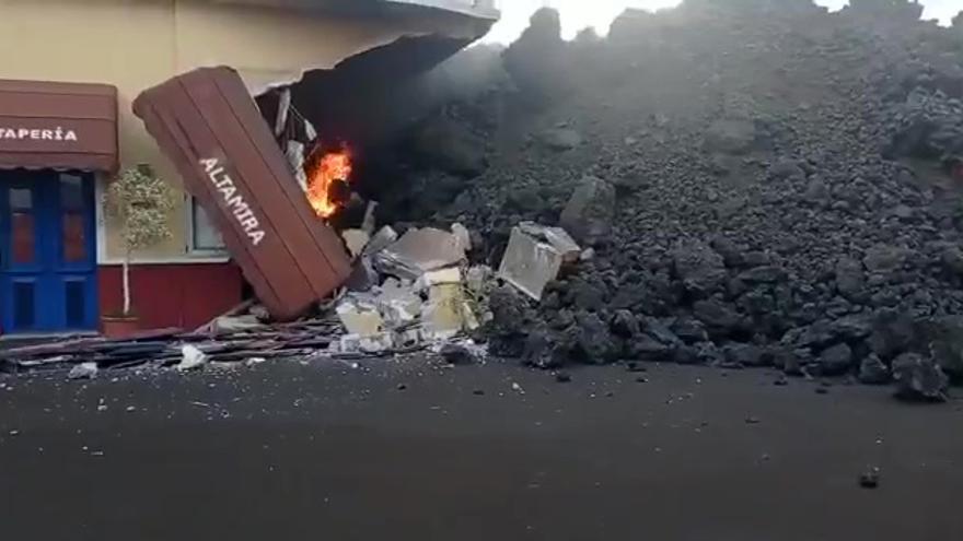 La lava llega hasta la carretera principal del barrio de Todoque
