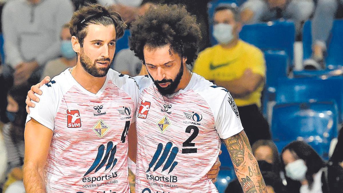Perini trata de animar a su compañero González durante el partido frente al Teruel en Son Moix.