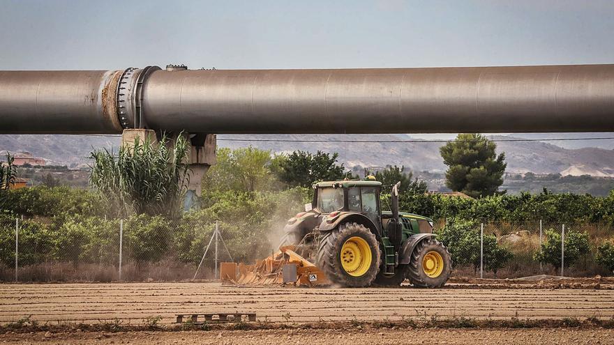Los regantes ven insuficiente traer agua desalada de Murcia para paliar el recorte