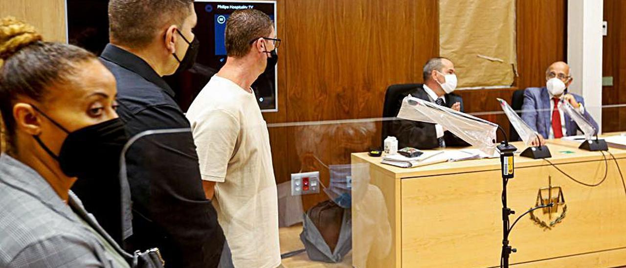 Los tres acusados del robo, ayer durante el juicio. | TONI ESCOBAR