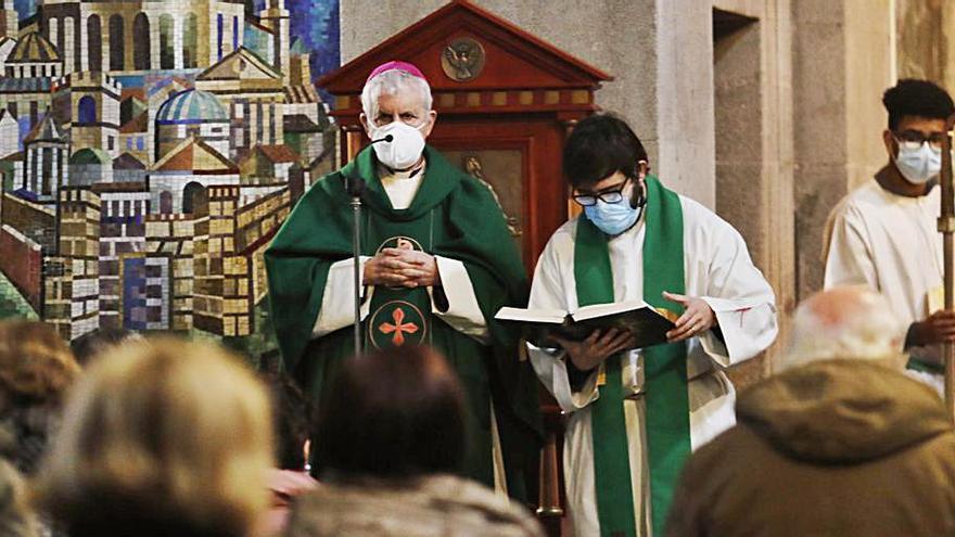 El obispo oficia en la Colegiata la misa del Domingo de la Palabra
