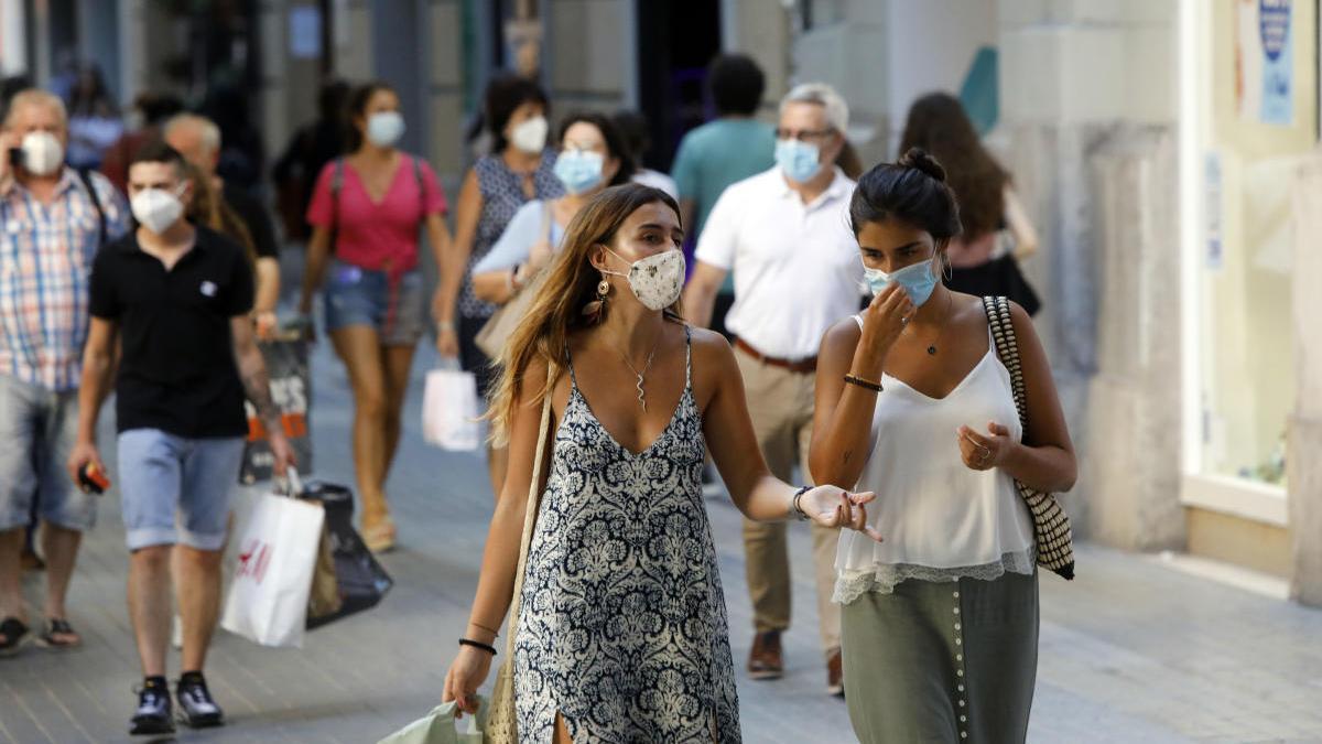 Dos jóvenes pasean por el centro de València, municipio que acumula dos brotes de covid-19.