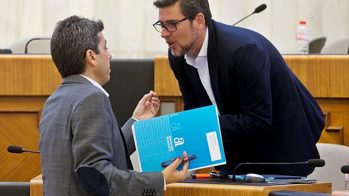 El presidente, Carlos Mazón, y el portavoz de Ciudadanos, Javier Gutiérrez.