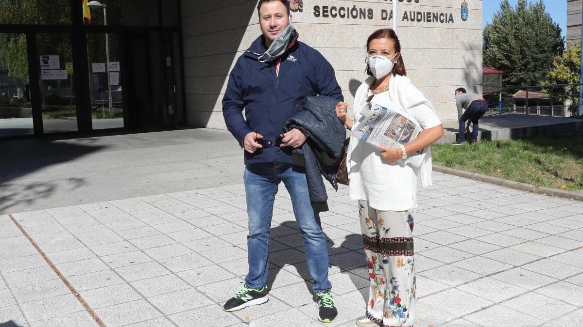 Juan Carlos Santórum con su abogada Carmen Ventoso. // Ricardo Grobas