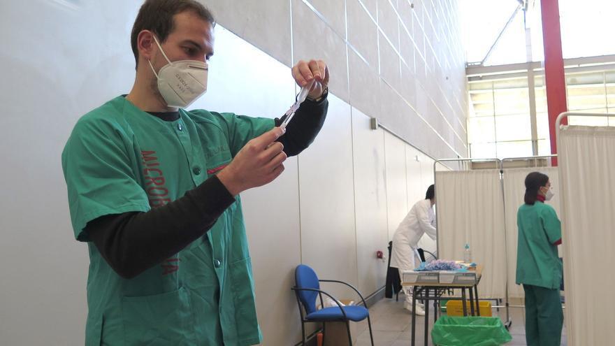 """Gijón estrena la vacunación desde el coche y atiende a unas 500 personas al día:  """"Es muy cómodo"""""""