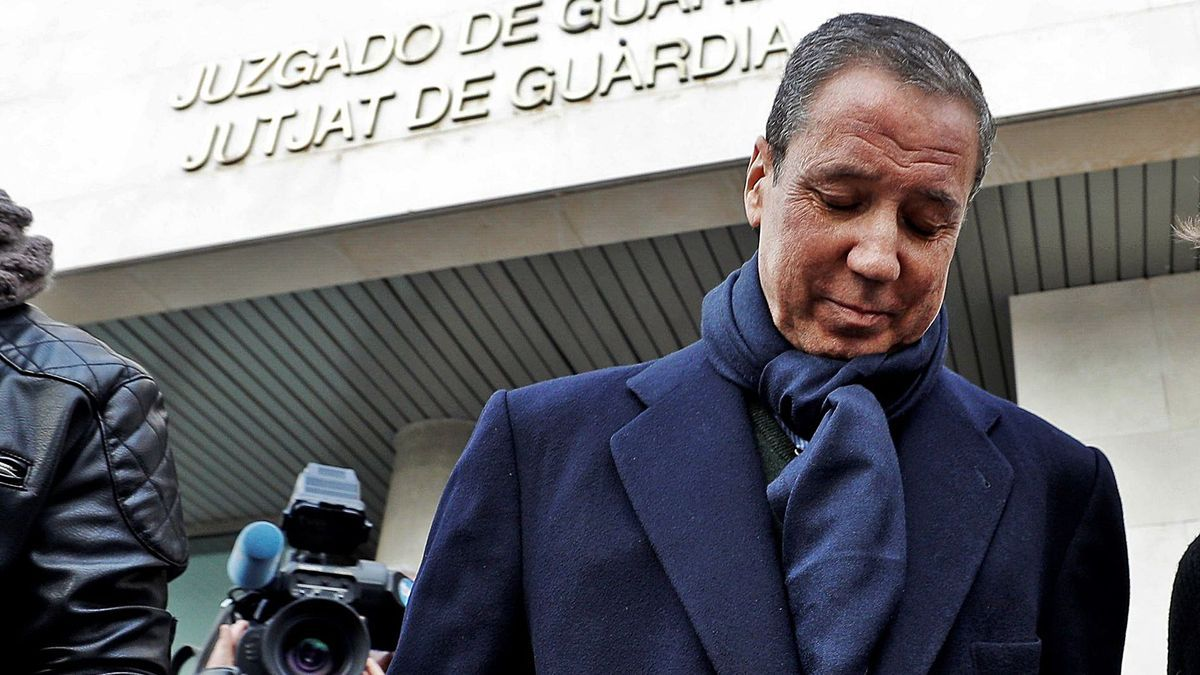 Imagen de archivo de Eduardo Zaplana saliendo del juzgado de guardia de València tras firmar su comparecencia.   EFE/MANUEL BRUQUE