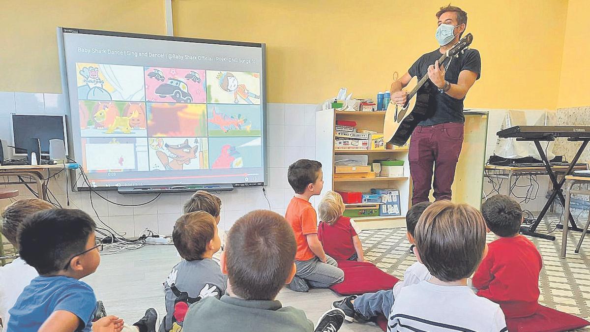 Alumnos de Infantil del colegio de La Torre de les Maçanes, durante una clase con el maestro de Música, la semana pasada.