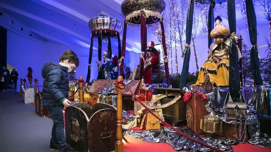 Con mascarilla y distancia de seguridad: así han recibido los Reyes Magos a los niños en Oviedo