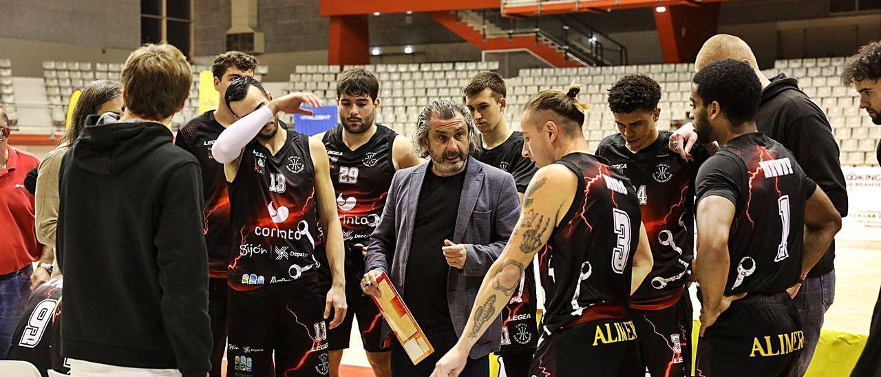 Nacho Galán se dirige a sus jugadores en un tiempo muerto del partido ante el Marbella. | Juan Plaza