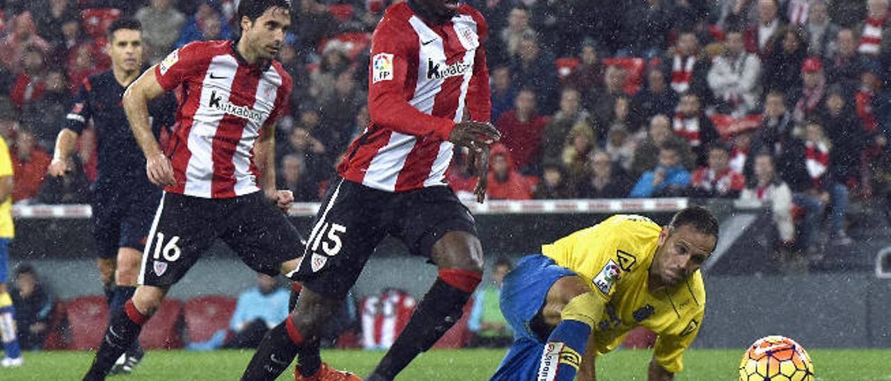 Iñaki Williams prepara el disparo, en la acción del 2-1, con el lateral Dani Castellano en el suelo.