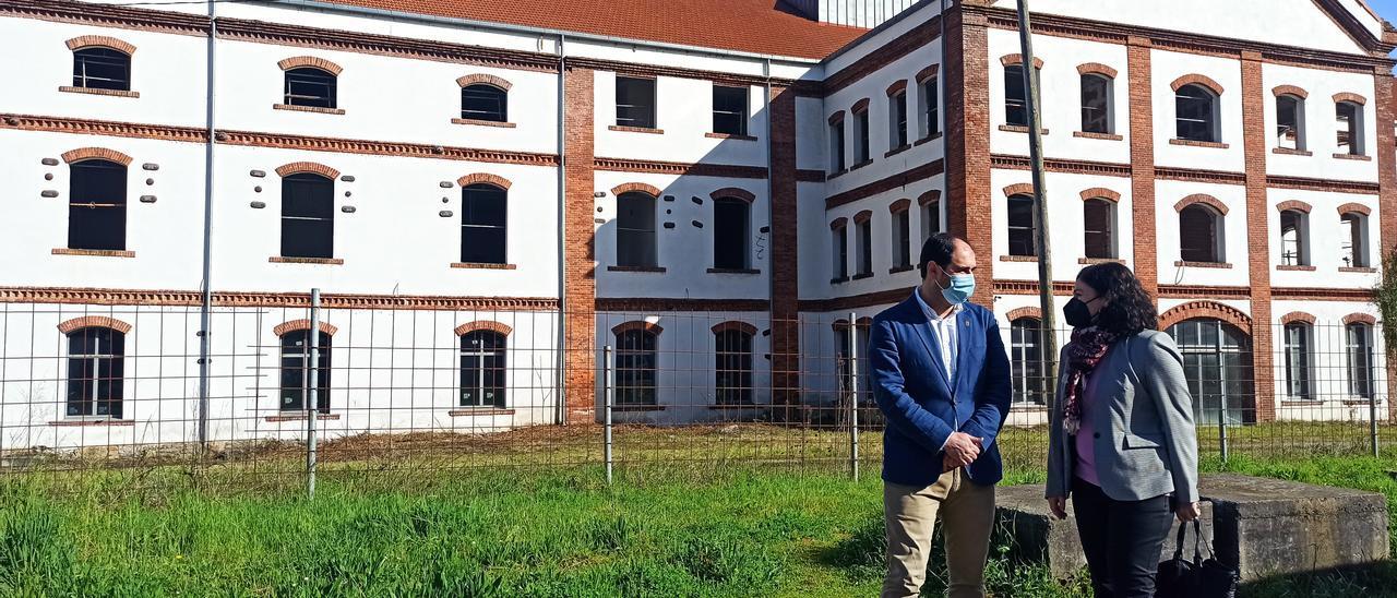 El alcalde de Pravia, con la viceconsejera, ayer, ante el edificio de La Azucarera