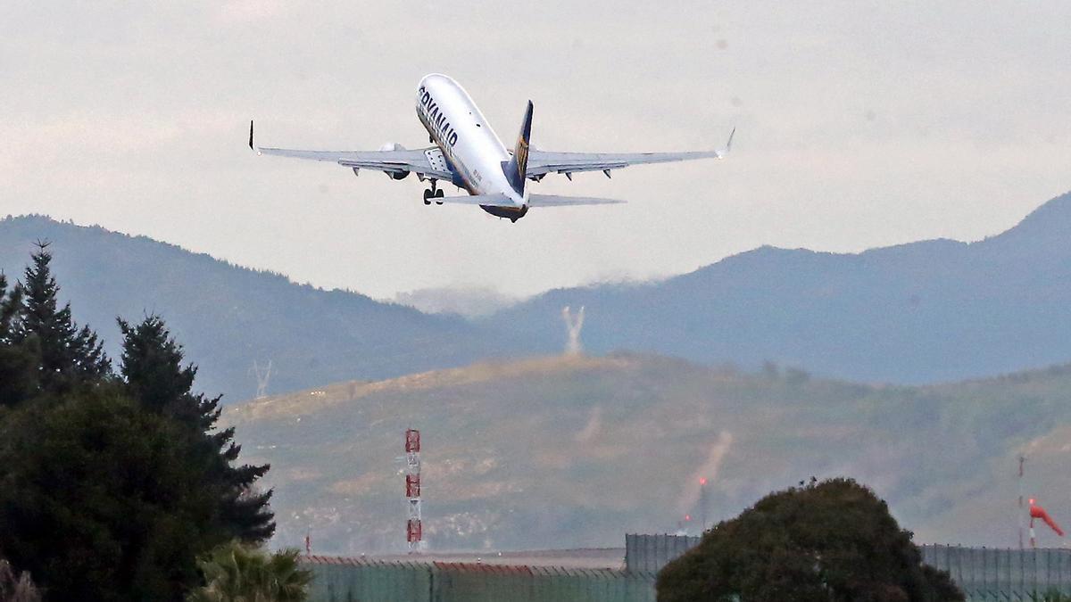 Un avión de Ryanair, en pleno despegue en Peinador.