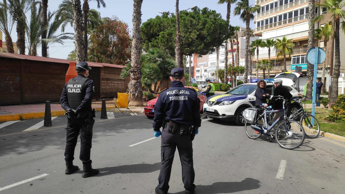 Control de la Policía Local de Torrevieja durante el confinamiento en el mes de abril de 2020